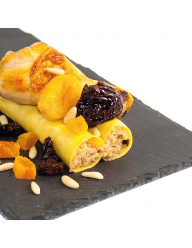 Canelons de pollastre amb prunes, orellanes i pinyons